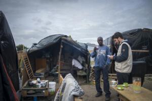 """Calais - Juillet 2015 : La """"New Jungle"""" : 18ha où l'installation de 2500 à 3000 migrants est tolérée par la mairie de Calais depuis début juin, situé à 7 Km"""