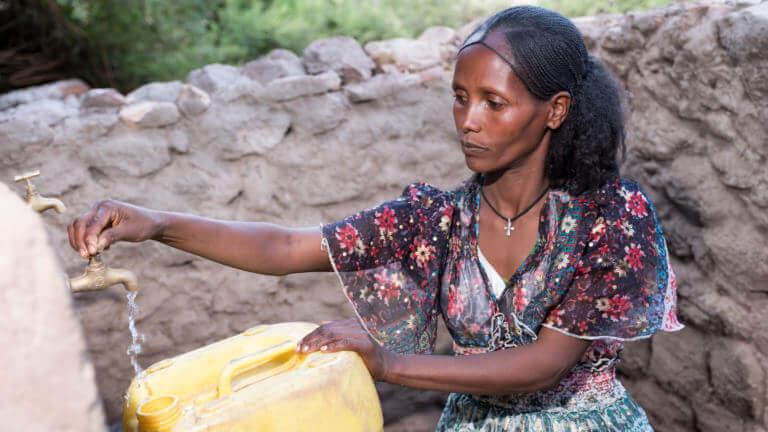 Dankzij het project van Caritas heeft Mihret elke dag zuiver water uit de kraan. Het water zet alles in beweging: het land, de mensen, het leven.