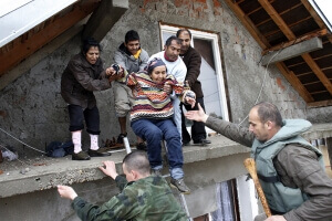 Serbian army soldiers evacuate people from a flooded house in the town of Obrenovac, southwest of Belgrade May 16, 2014. The heaviest rains and floods in 120 years have hit Bosnia and Serbia, killing five people, forcing hundreds out of their homes and cutting off entire towns. REUTERS/Marko Djurica (SERBIA - Tags: DISASTER ENVIRONMENT MILITARY) - RTR3PGM4