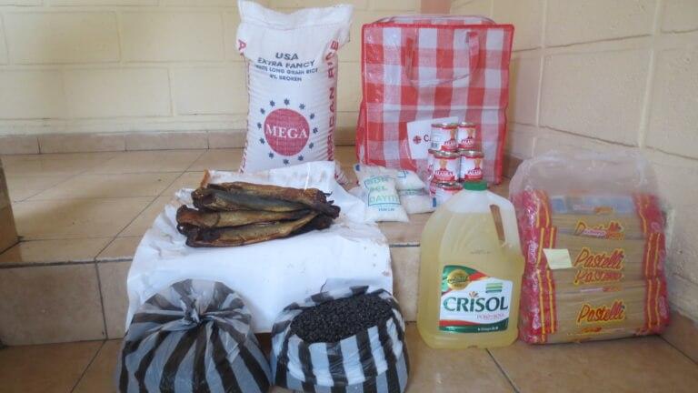 <p>1 paquet de riz, 2 boîtes de haricots, 24 paquets de pâtes, 12 poissons séchés, du lait concentré, du sel et de l'huile</p>