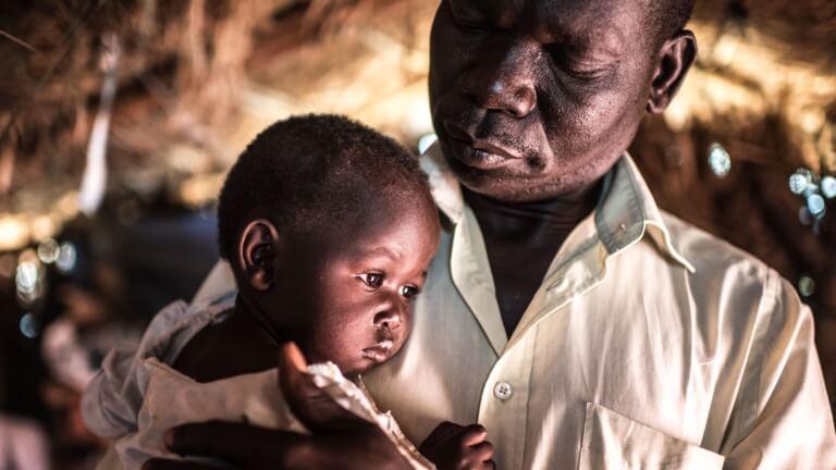 <p>«A Gimono toutes les maisons ont été brûlées par des soldats du gouvernement. Même les vivres dans les maisons ont été brûlés. Ils sont simplement arrivés et ont commencé à tirer. J'ai eu si peur.»<br /> Justin Malis et la petite Flora ont fui le Soudan du Sud vers le camp de réfugiés Bidi Bidi, en Ouganda.</p>