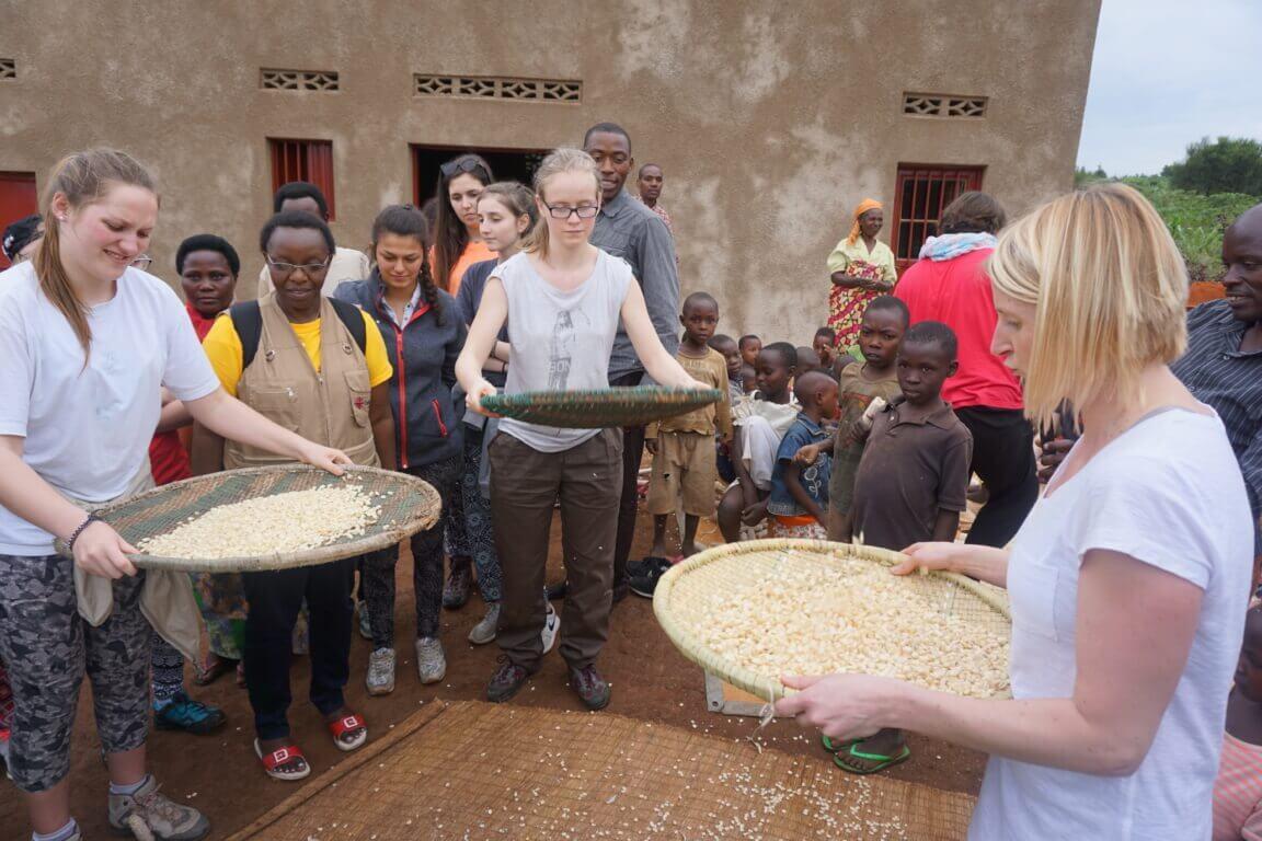 Caritas International Belgique CARITAS nourrit un travail d'information et d'éducation