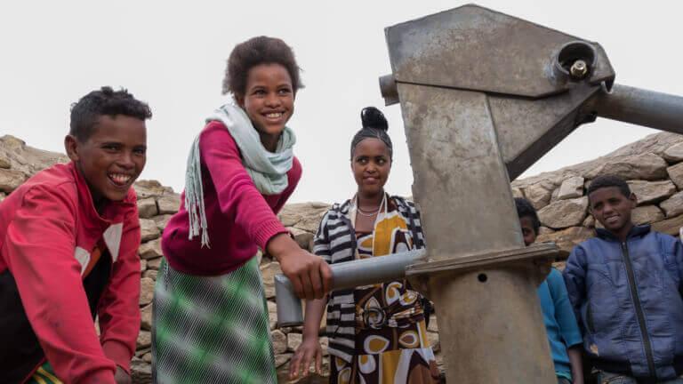 <p>L'eau potable d'une pompe change des vies pour toujours.</p>