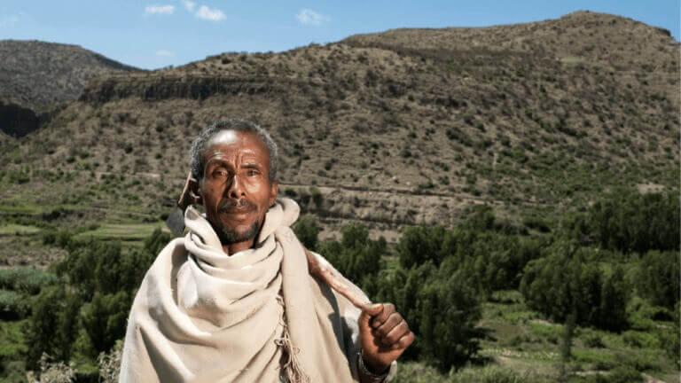 """<p>Gebresilasie, 54 jaar en voormalig houthakker: """"Nog niet zo lang geleden was hier niets. Nu oogsten we 3 keer per jaar. Omdat er water is.""""</p>"""
