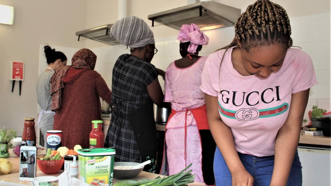 Caritas International België Wanneer bewoners de keuken van de Logis de Louvranges overnemen…