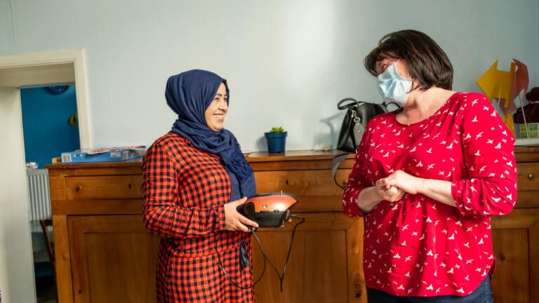 <p><em>©Isabel Corthier – La visite quotidienne de Sylvie et des autres fait du bien à Khadija, comme le révèle son large sourire.</em></p>