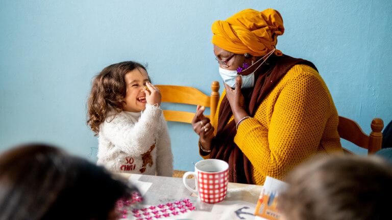 <p><em>©Isabel Corthier – La plus jeune de la famille, Safaa, apprécie la présence d'Aisha. En plus d'aider Fares et de Raghad avec leurs devoirs, Aisha est une oreille attentive pour toute la famille.</em></p>
