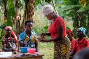 © Isabel Corthier - Les membres des groupes d'épargne et de crédit se prêtent mutuellement de petites sommes. Les groupes sont aussi bons pour la cohésion sociale explique Bonaventure Nshimirimana, notre coordinateur au Burundi.